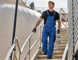 Мужчина в рабочем полукомбинезоне