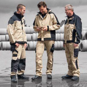 Мужчины в рабочей одежде