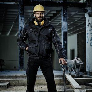 Мужчина в рабочей куртке
